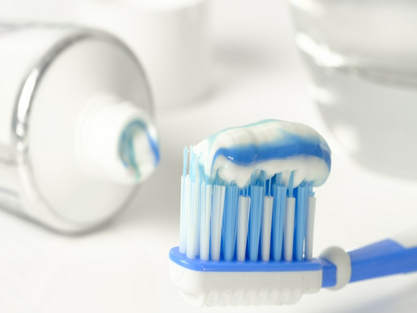 uses of toothpaste in cleaning