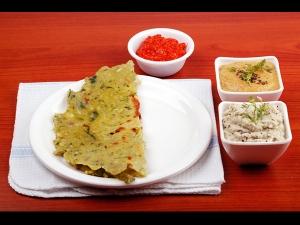 Healthy Methi Palak Akki Roti