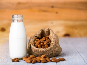 Benefits Of Consuming Almond Milk During Pregnancy In Bengali